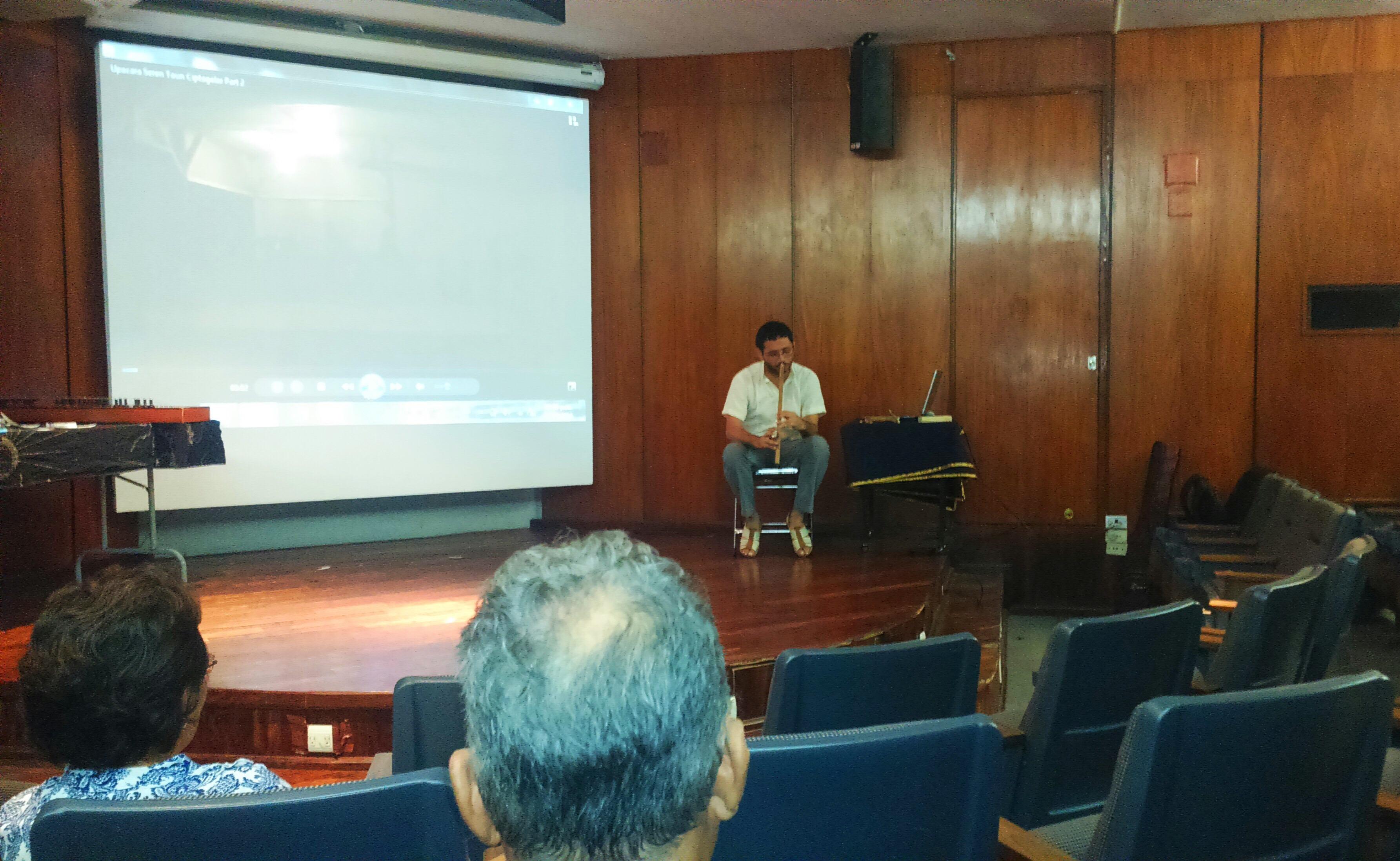 Imparten charla sobre música sundanesa