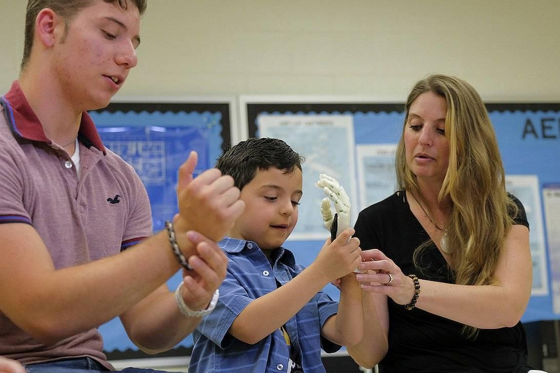 Adolescente imprime mano en 3D para su pequeño hermano