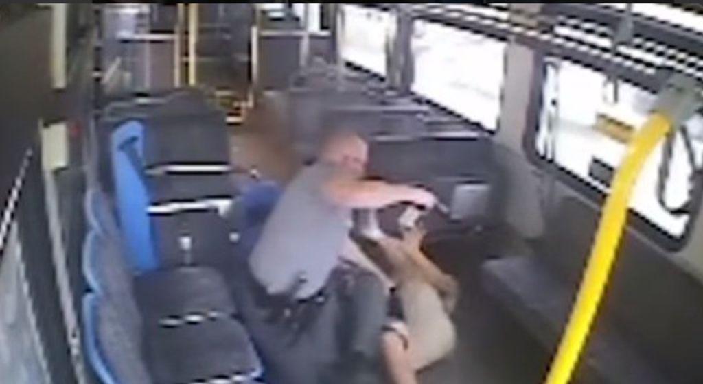 Mata policía de Oklahoma a mexicano en autobús