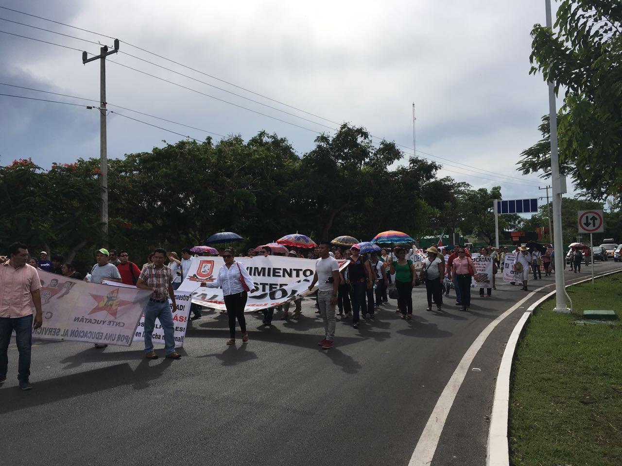 Llevan maestros protesta frente Aeropuerto de Mérida