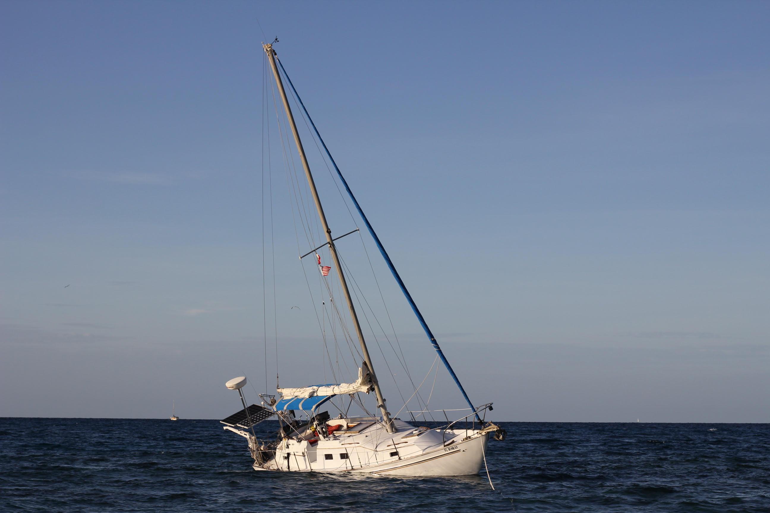 Encalla y se hunde un velero en arrecife Alacranes