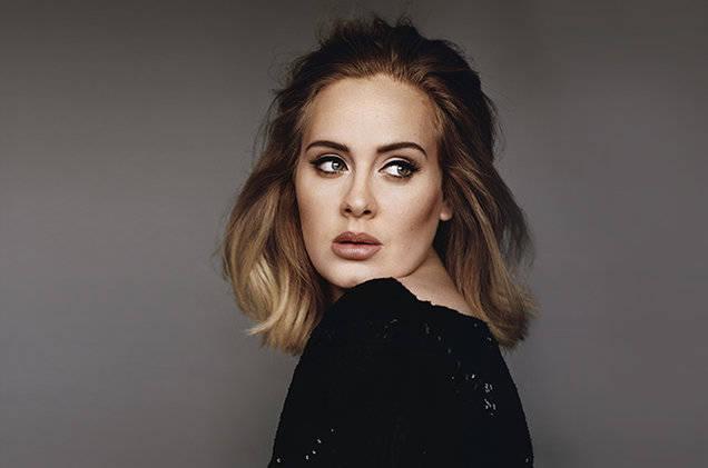 Adele fue besada por un perro durante un concierto