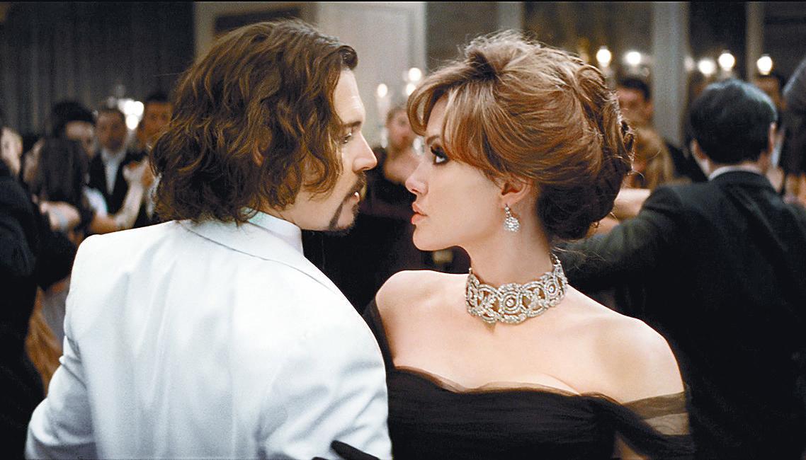 ¿Jolie busca consuelo en brazos de Depp?