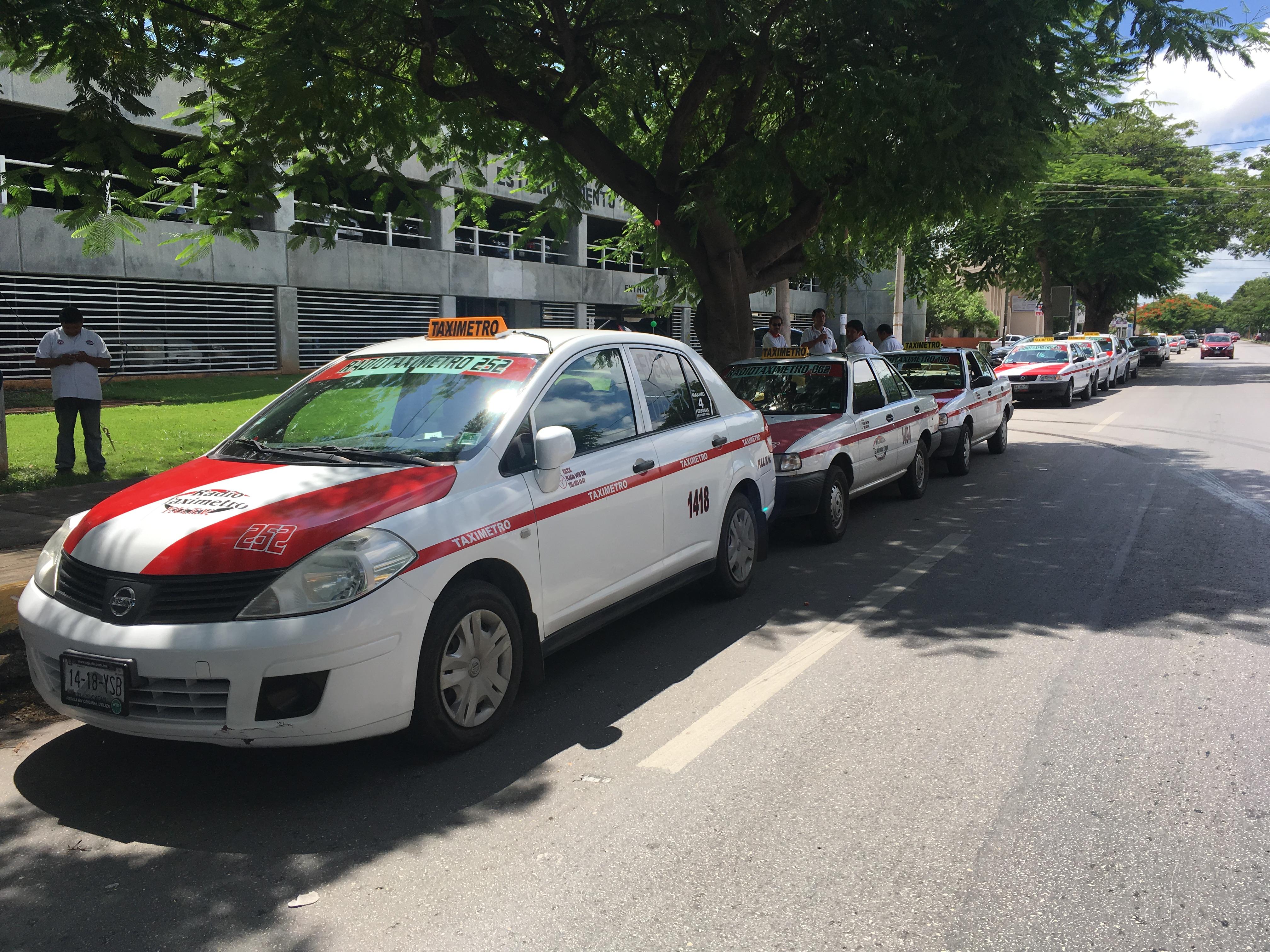 Mil 300 taxistas pararon unidades en Mérida