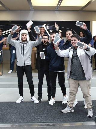 Presumen ser primeros en tener un iPhone 7 tras acampar horas