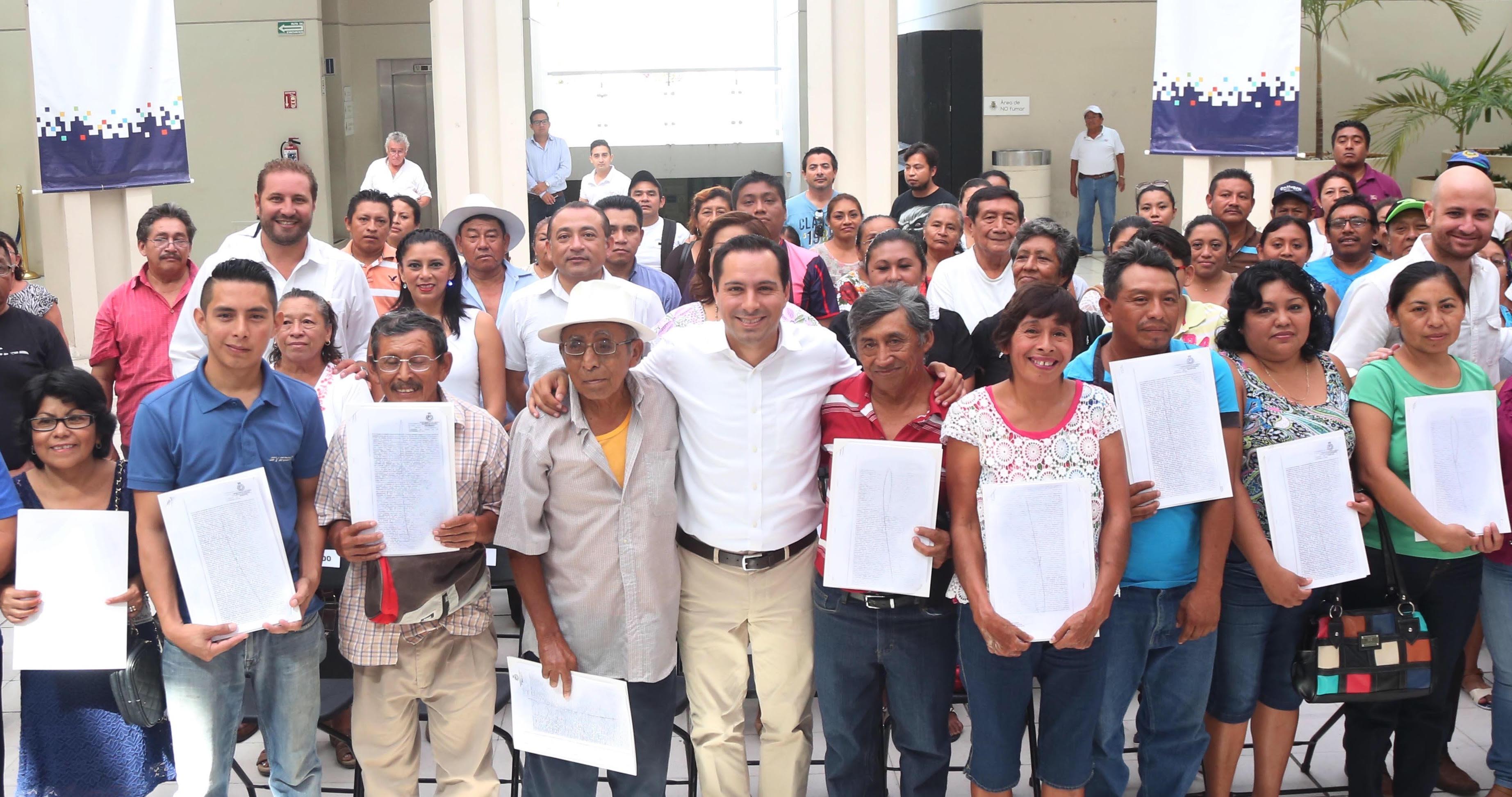 Certificados de donación de predios a 128 familias de Mérida