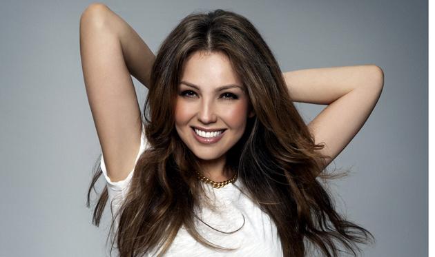 Bautizan a Thalía como #LadyBájate en redes sociales