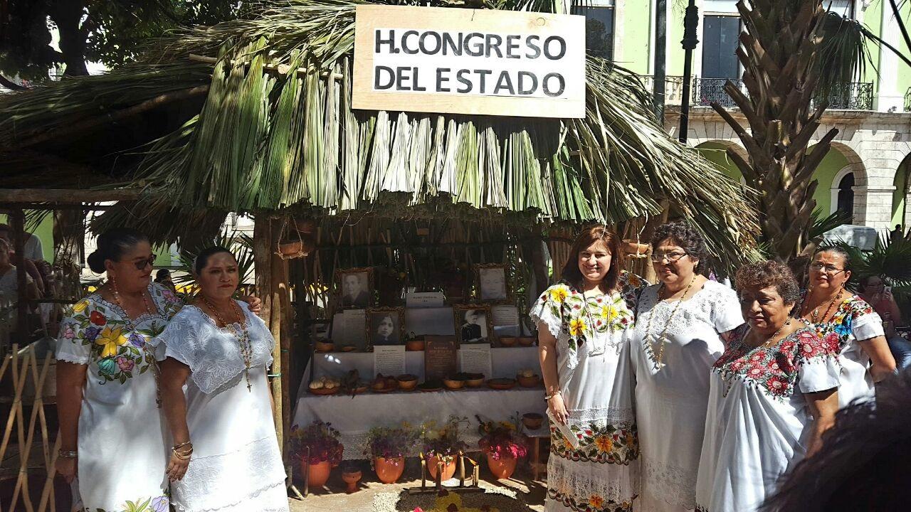 Mujeres ilustres en altares de muertos en Plaza Grande de Mérida