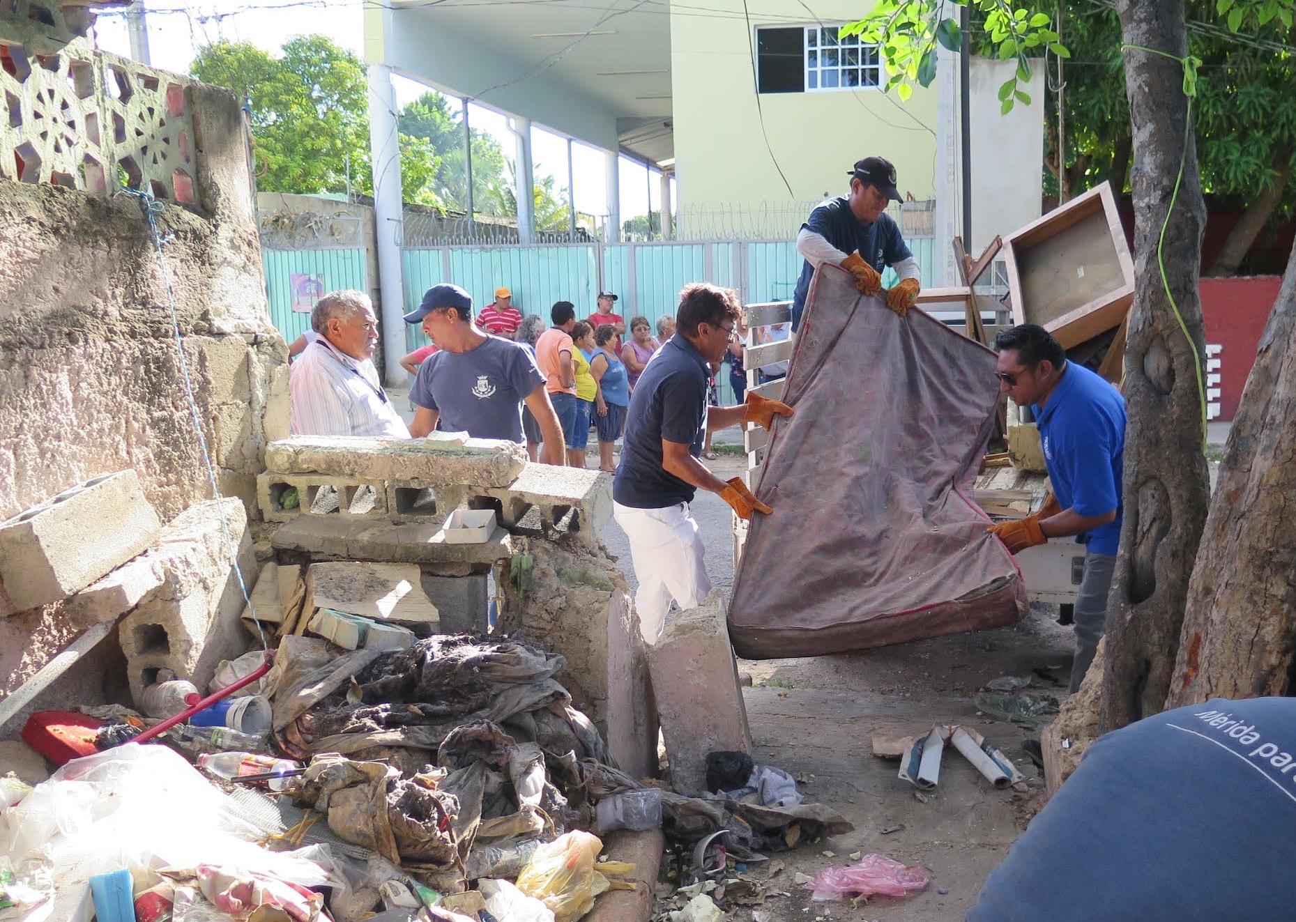 Retiran una tonelada de desperdicios en predio abandonado