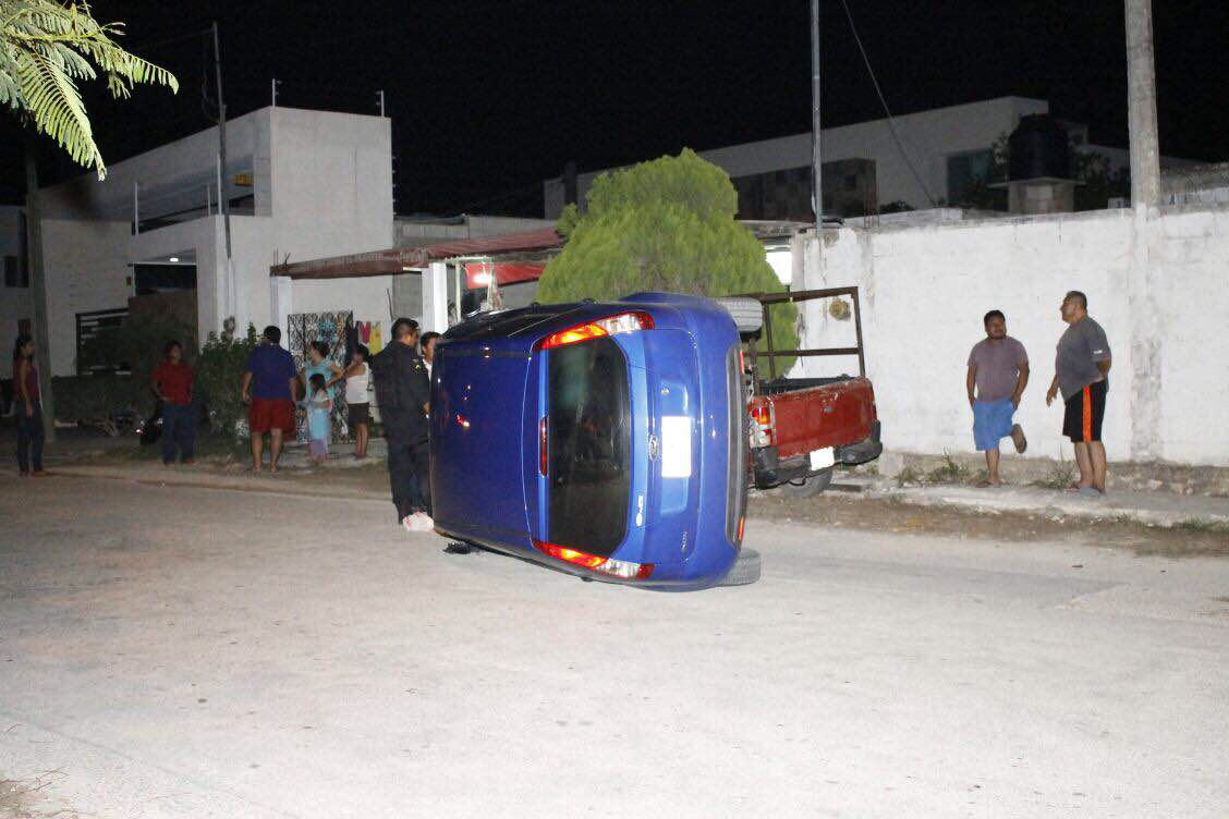 Termina volcado luego de chocar contra camioneta