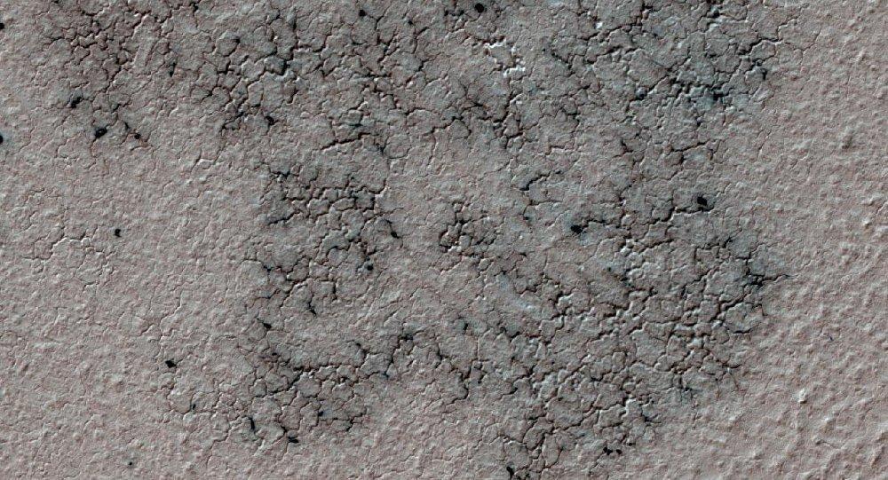 Descubren yacimientos 'arañas' en polo sur de Marte