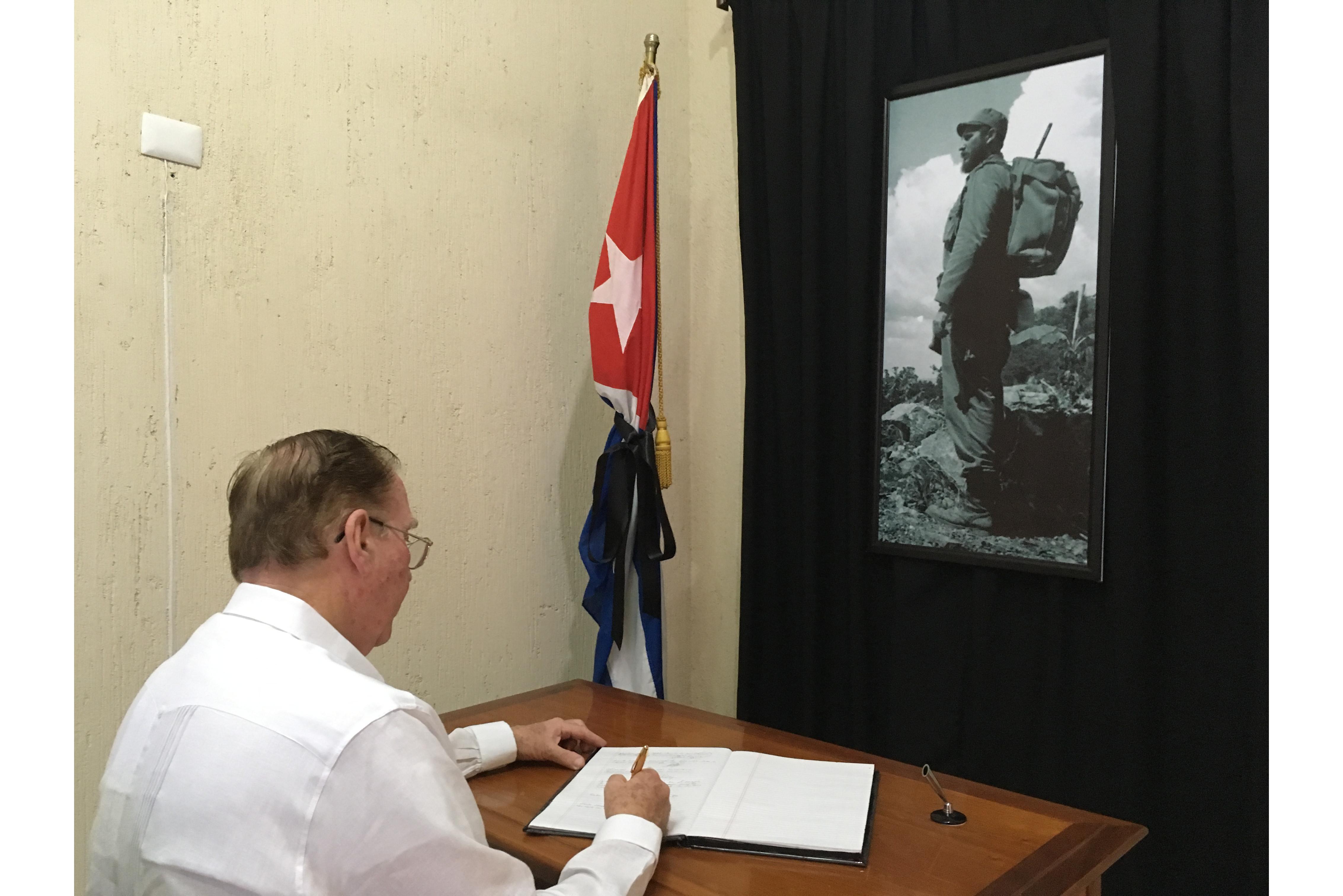 Llevan condolencias por muerte de Fidel Castro