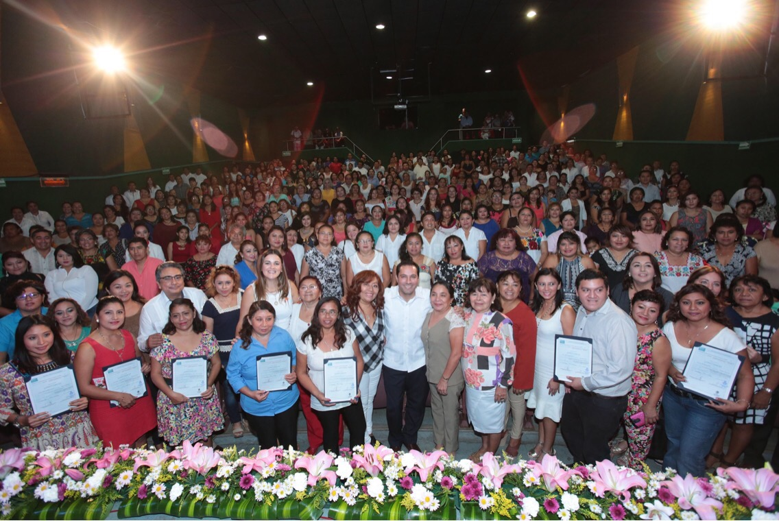 Vila entrega certificados a instructores y alumnos de los CDI