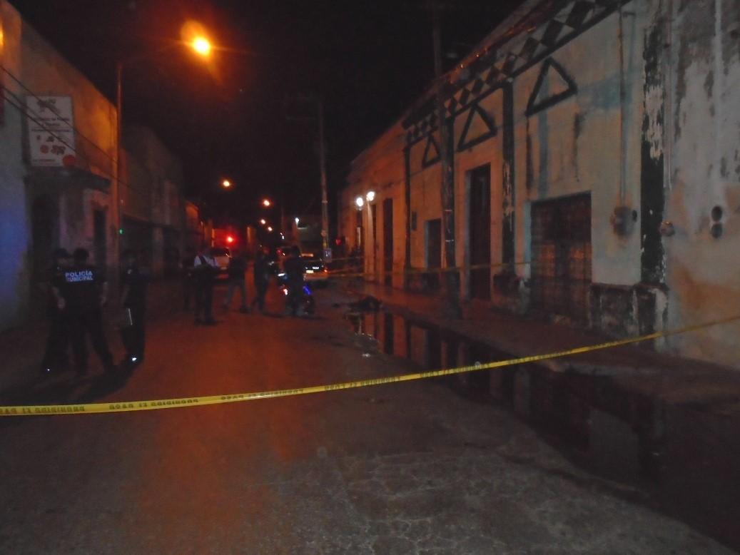 Sale de bar en Mérida y muere en la vía pública