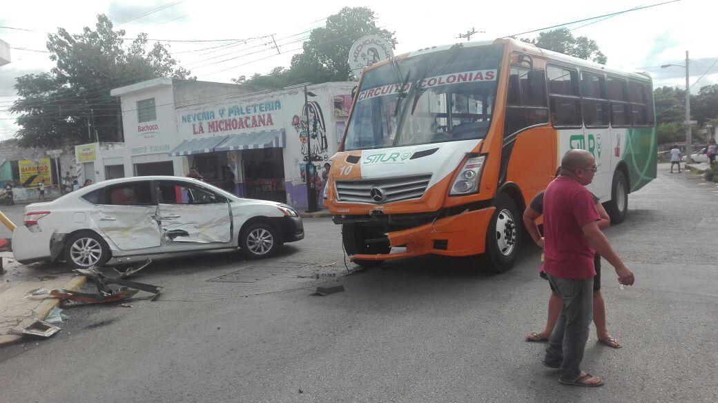 Tres pasajeros lesionados en choque de autobús Situr