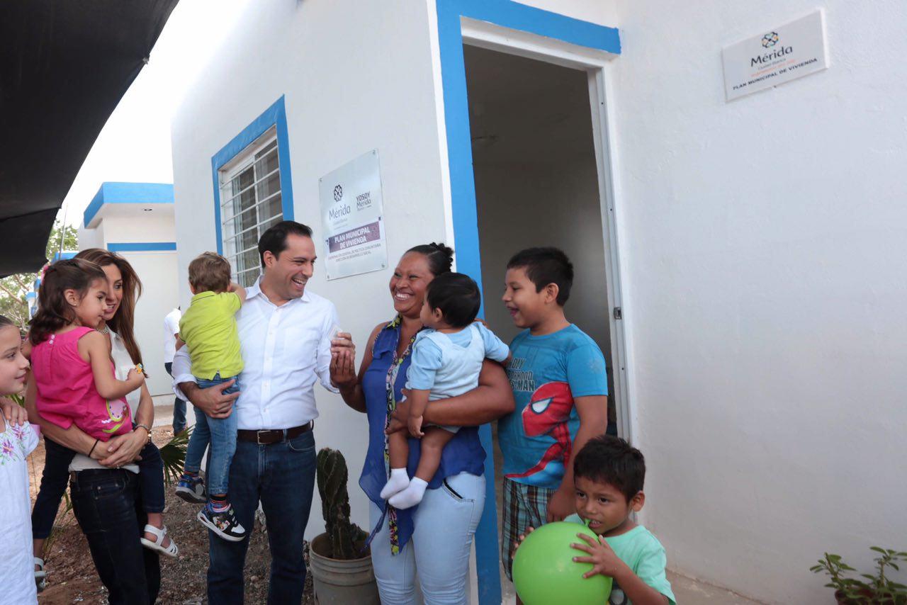 Entregan viviendas a víctimas de incendio en San José Tecoh II