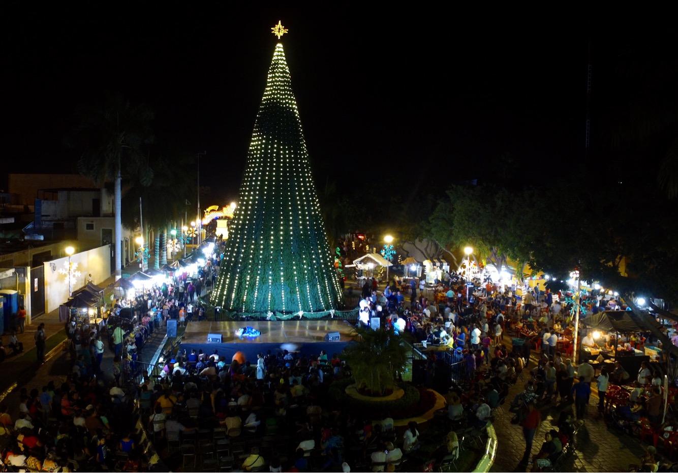 Encienden árbol de navidad en Remate Paseo Montejo