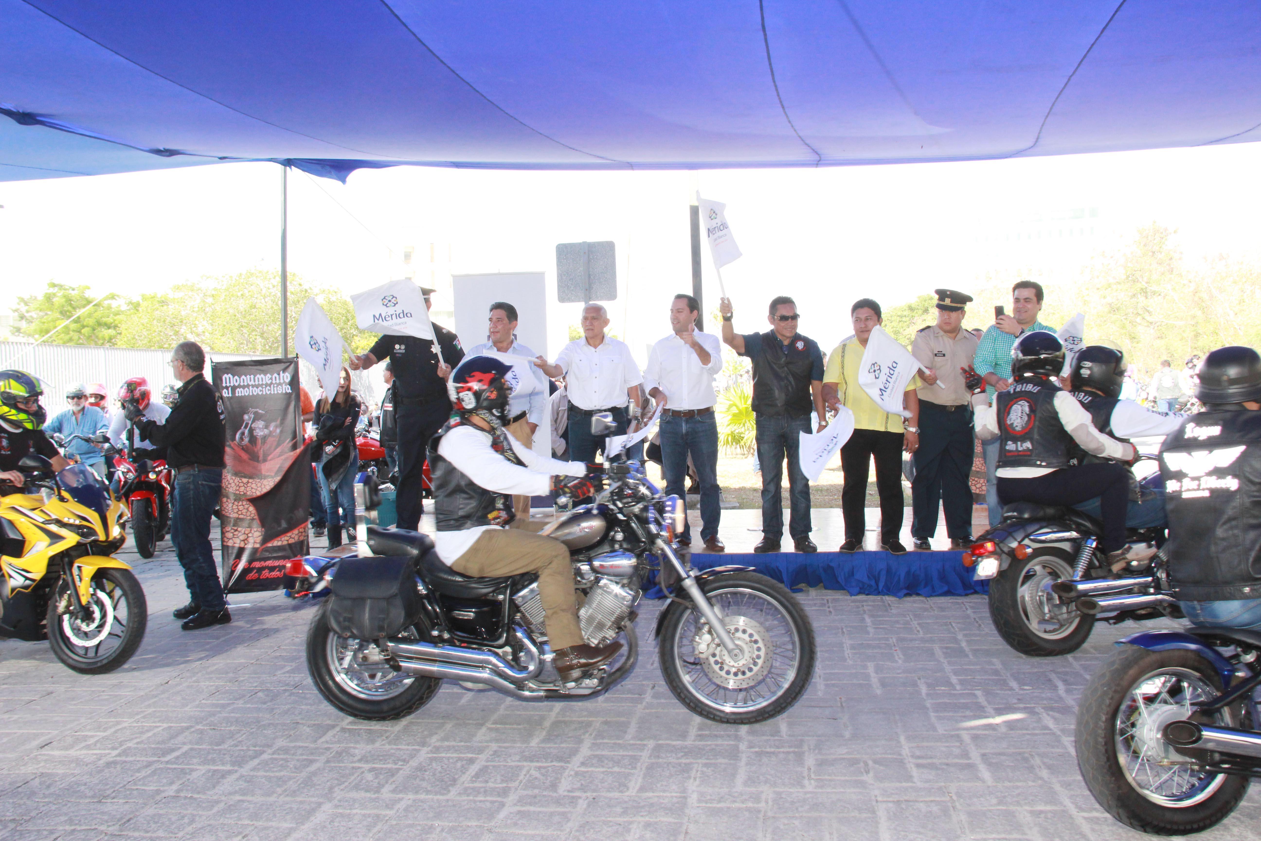 Encabeza Vila celebración por Día del Motociclista en Yucatán