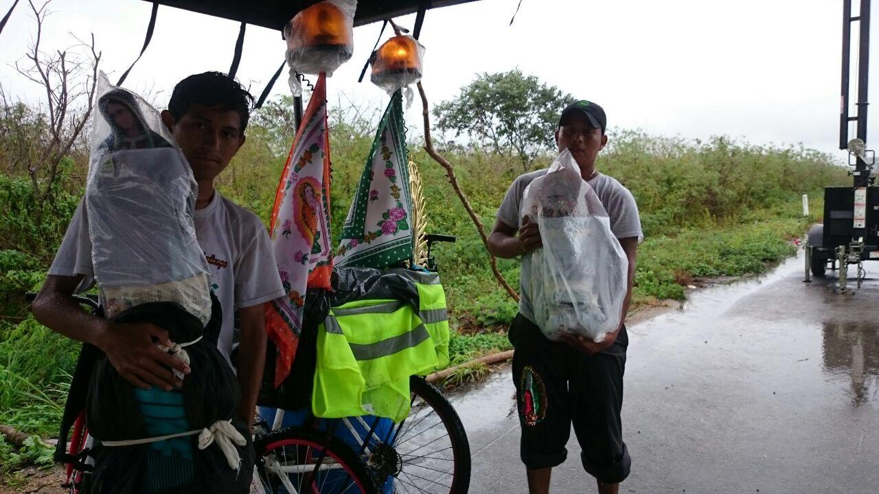 'Fe bajo agua': Lluvias no detienen a peregrinos