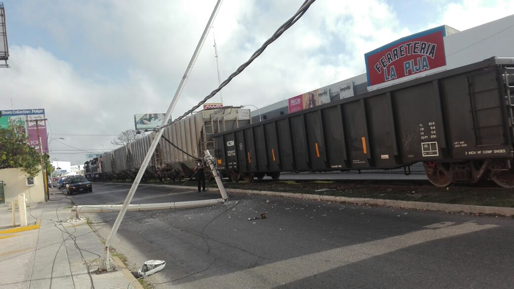 Ferrocarril derriba postes y bloquea calle