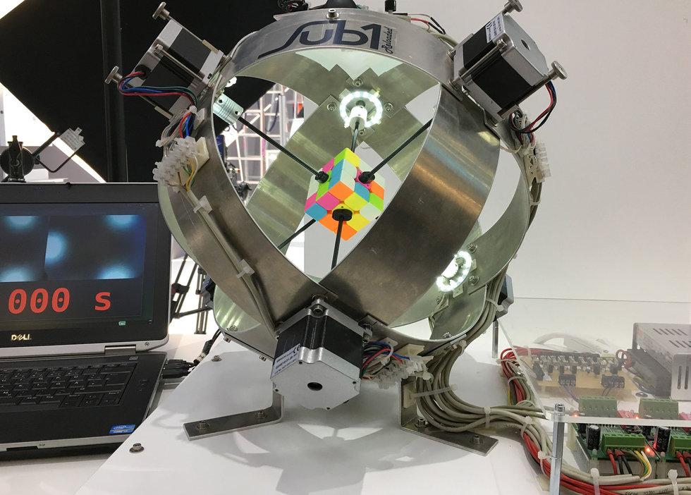 Robot logra armar un cubo Rubik en menos de ¡un segundo!