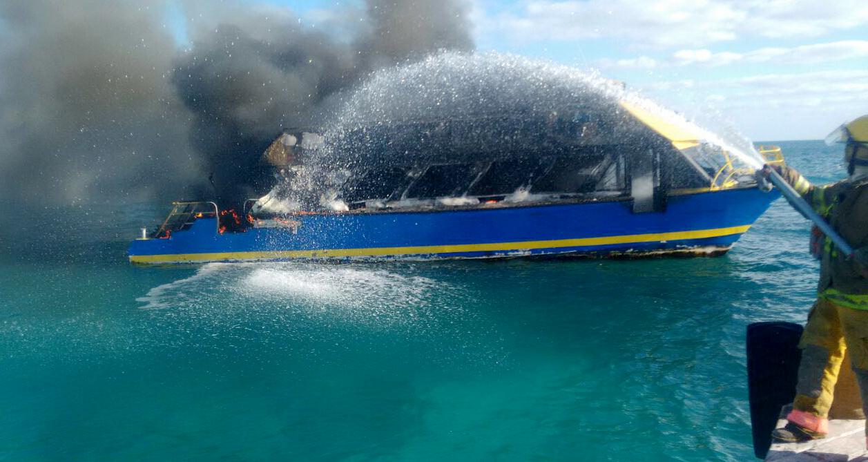 Consume incendio ferry de la ruta Cancún-Isla Mujeres