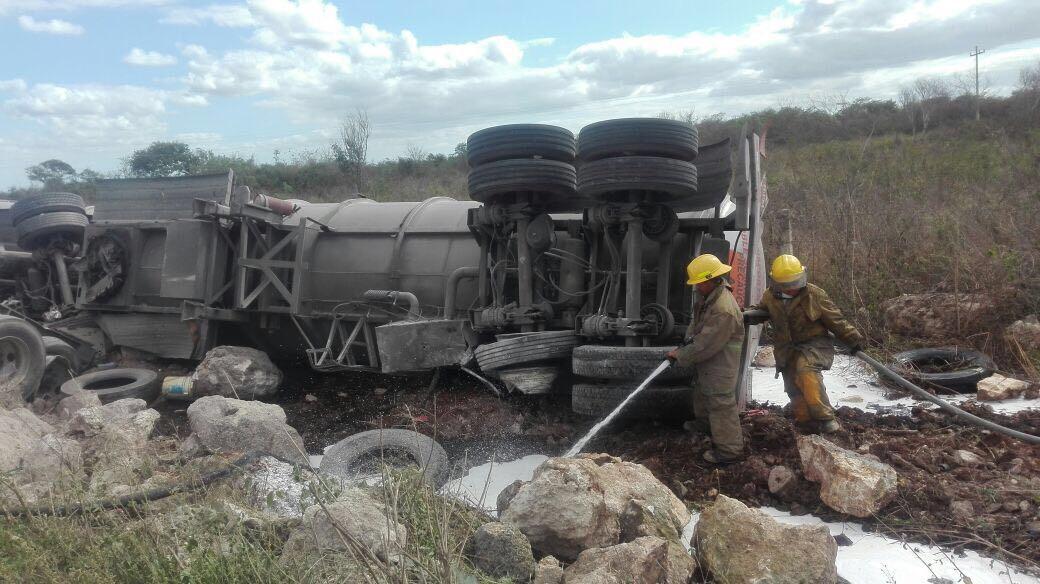 Vuelca pipa con 62 mil litros de turbosina en la Mérida-Cancún