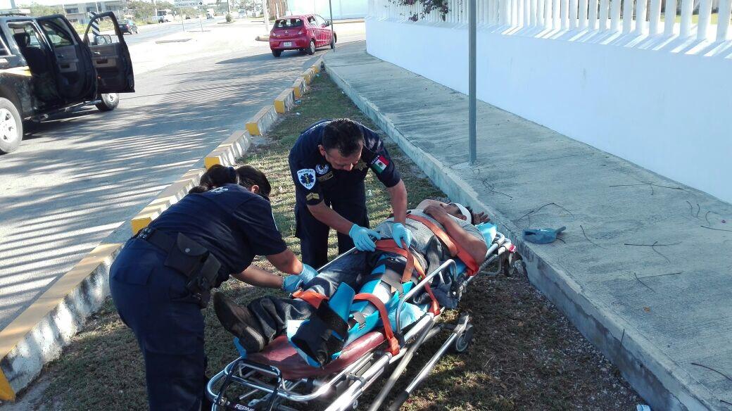 Ebrio, se impacta contra camellón en la Mérida-Motul