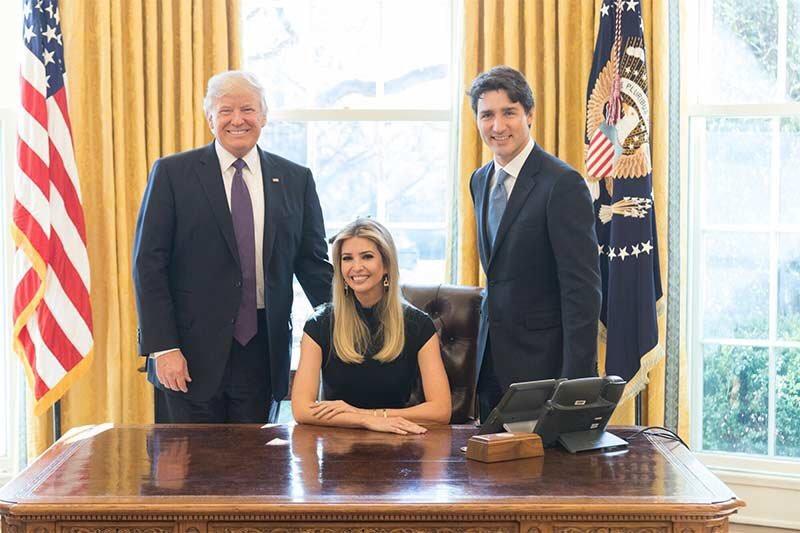 Critican a Ivanka Trump por sentarse en la silla presidencial