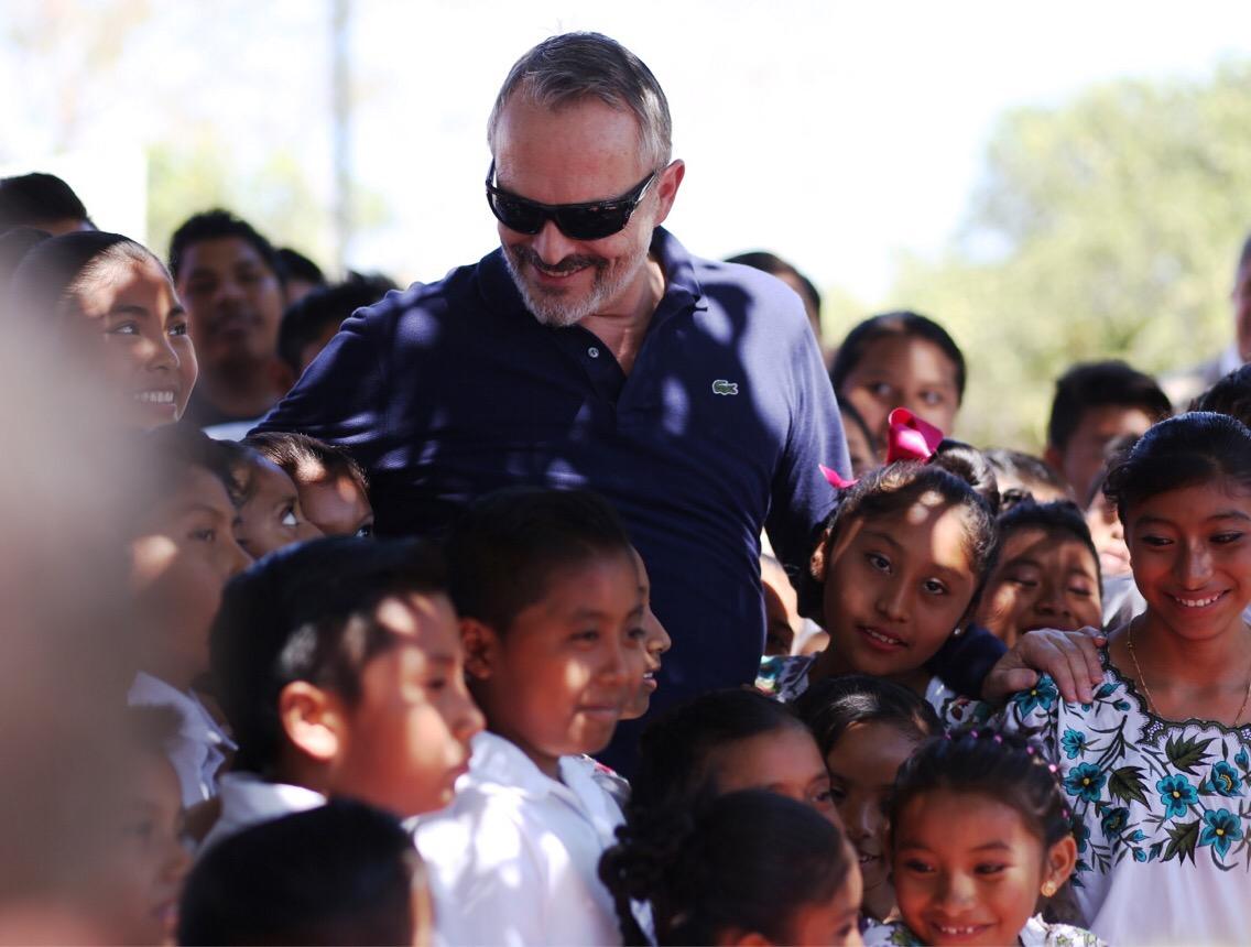 Miguel Bosé visitó en Yucatán Casa de niñas y niños mayas