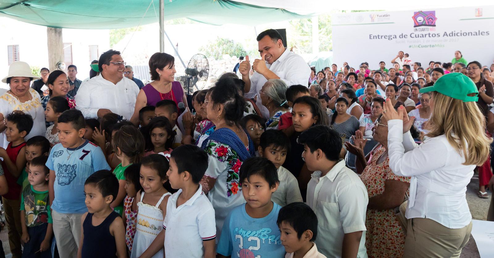 Rosario Robles y Zapata Bello entregan apoyos en oriente de Yucatán