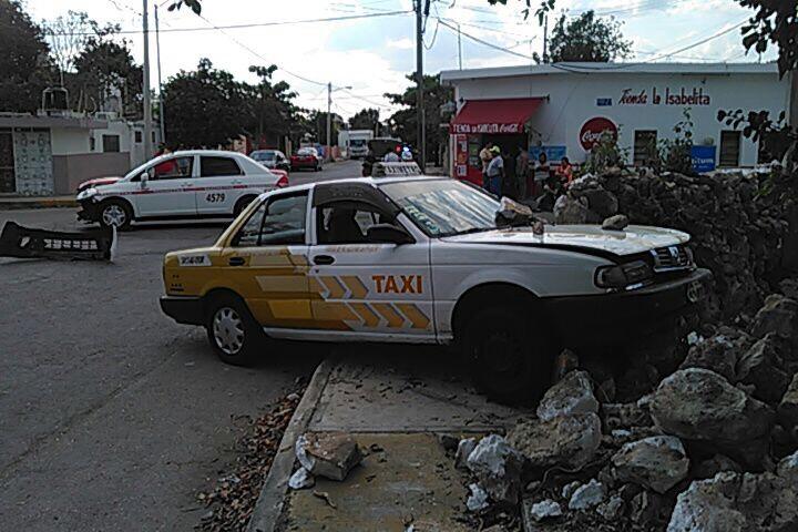 Taxista colisiona a su competidor