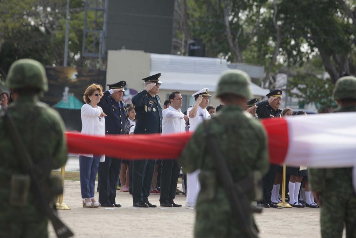Ondea bandera monumental de México en Mérida