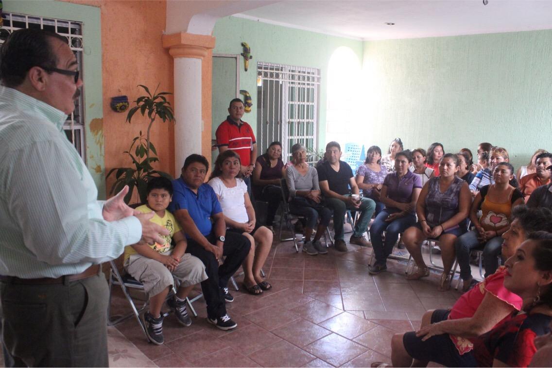 Charla de Ramírez Marín con vecinos de Mérida