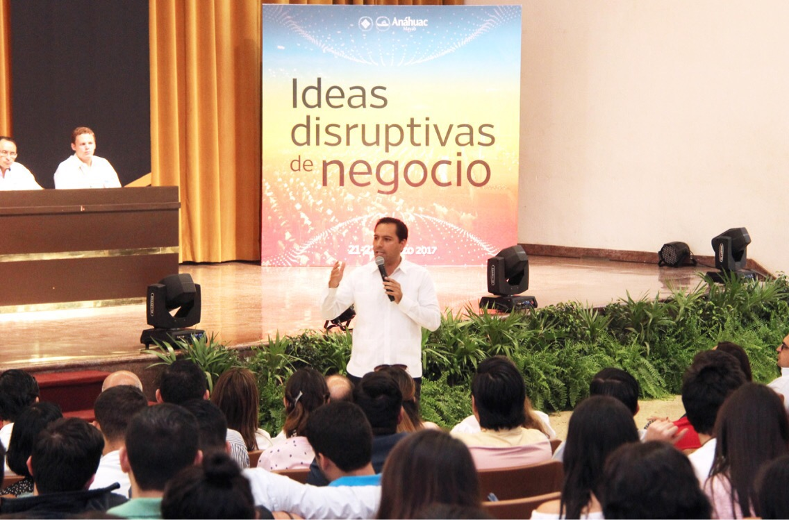 Difunde Vila ventajas de Mérida en foro universitario
