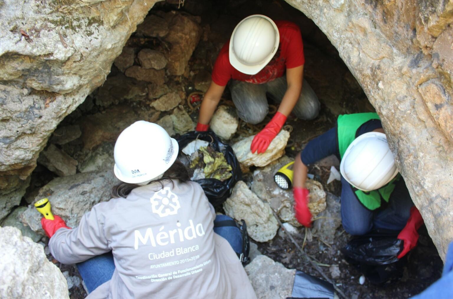 """Ayuntamiento Mérida limpia cenote """"Gotas Doradas"""""""