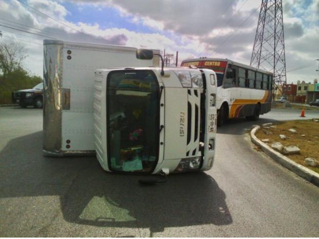 Vuelca camión con medicamentos