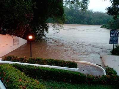 Desbordan ríos en Tabasco; incomunicadas comunidades en Tacotalpa