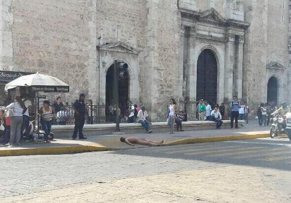 Se exhibe desnudo frente a la Catedral