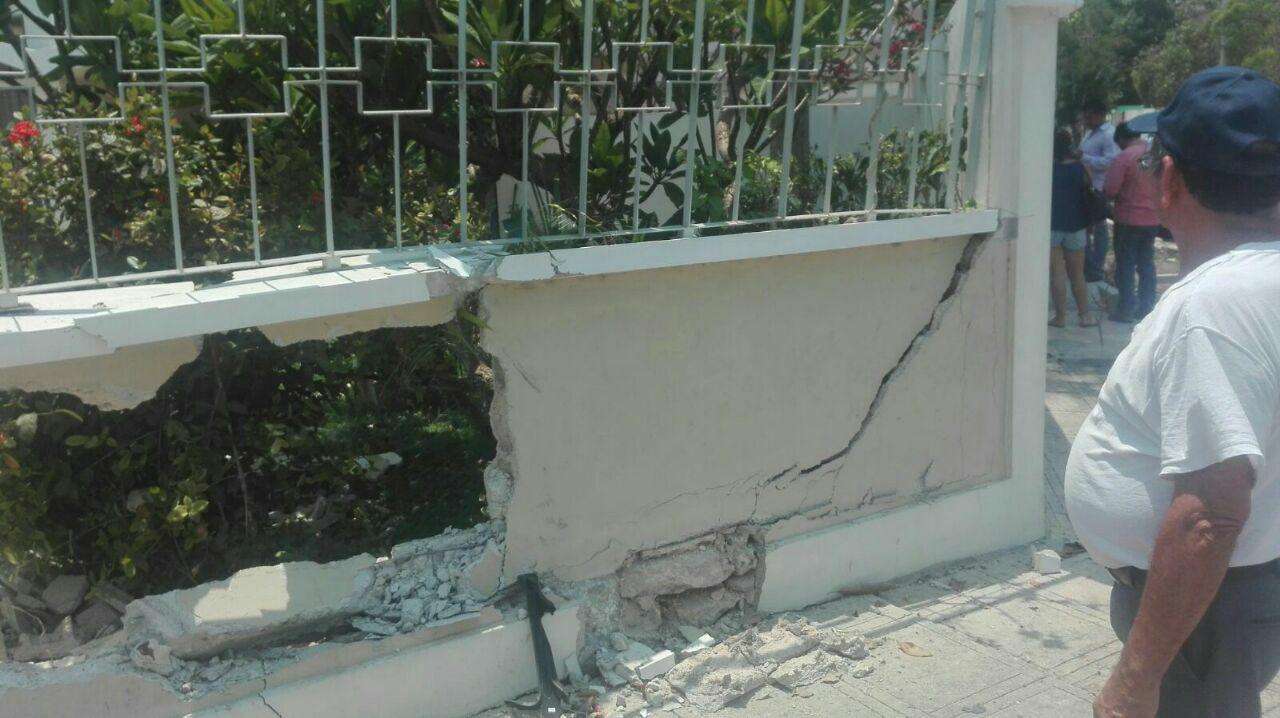 Vehículo de lujo ocasiona choque y daña muro de Arzobispo