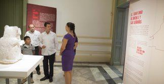 Enrique Peña Nieto con la Directora del Museo y acompañantes Cortesía Presidencia de la República