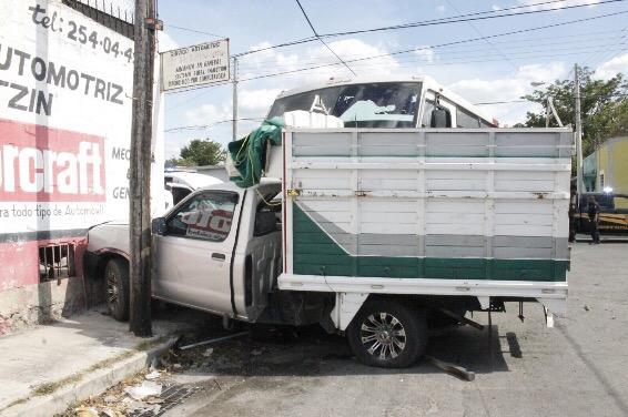 Choque entre autobús y camioneta deja 15 lesionados