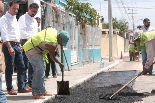 Vila Dosal supervisa reparación de calles dañadas con ácido