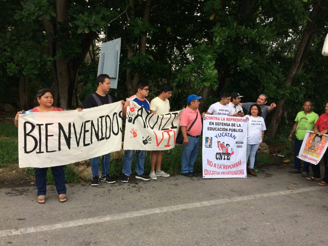 Reciben a padres de normalistas de Ayotzinapa