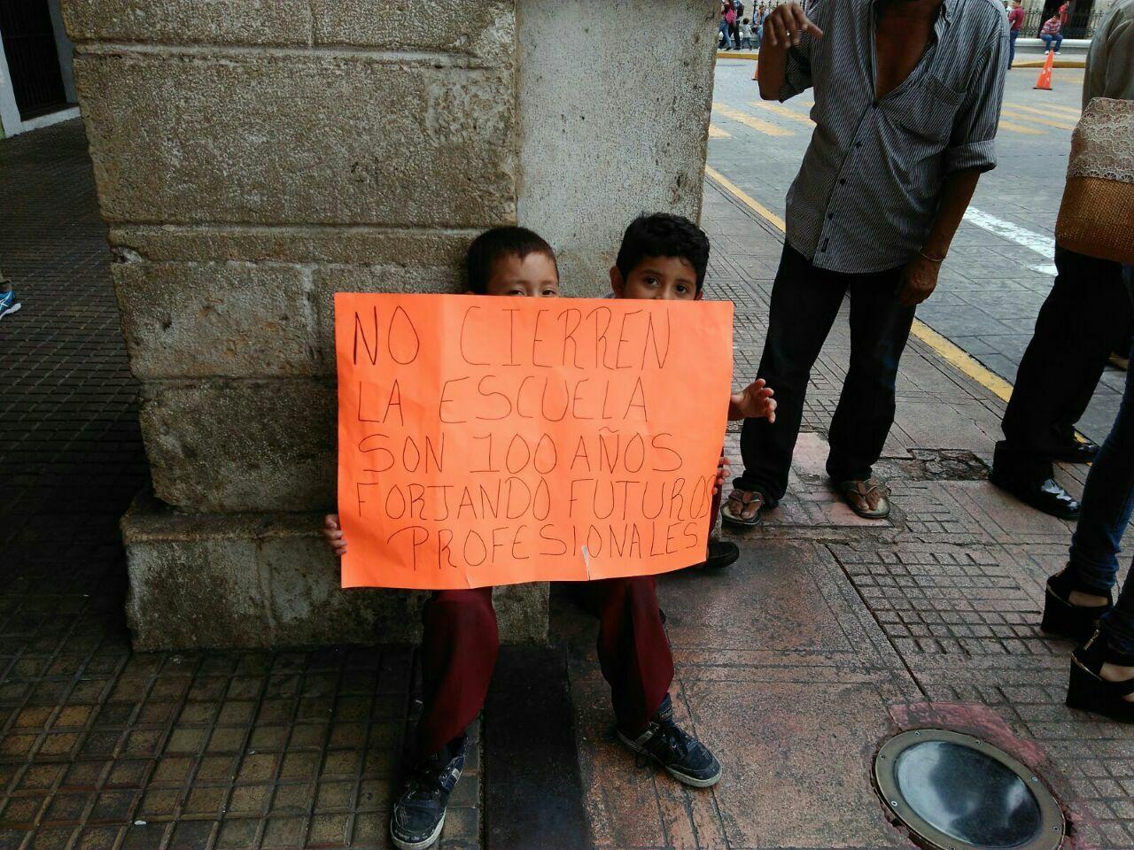 'Quieren derrumbar escuela para oficinas del PRI'