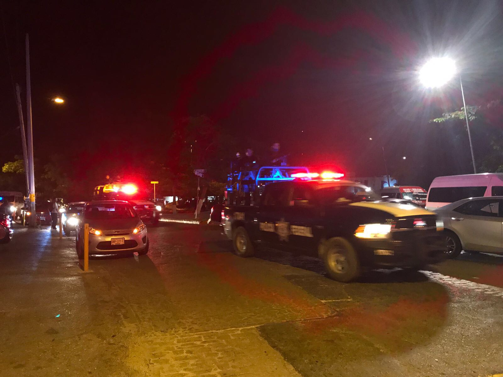 Otra noche violenta en Cancún; tiroteo en pleno centro