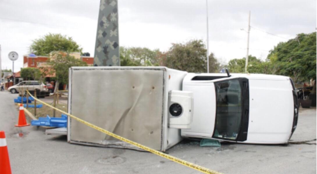 Vuelca y emprende huida tras fallido robo de camioneta