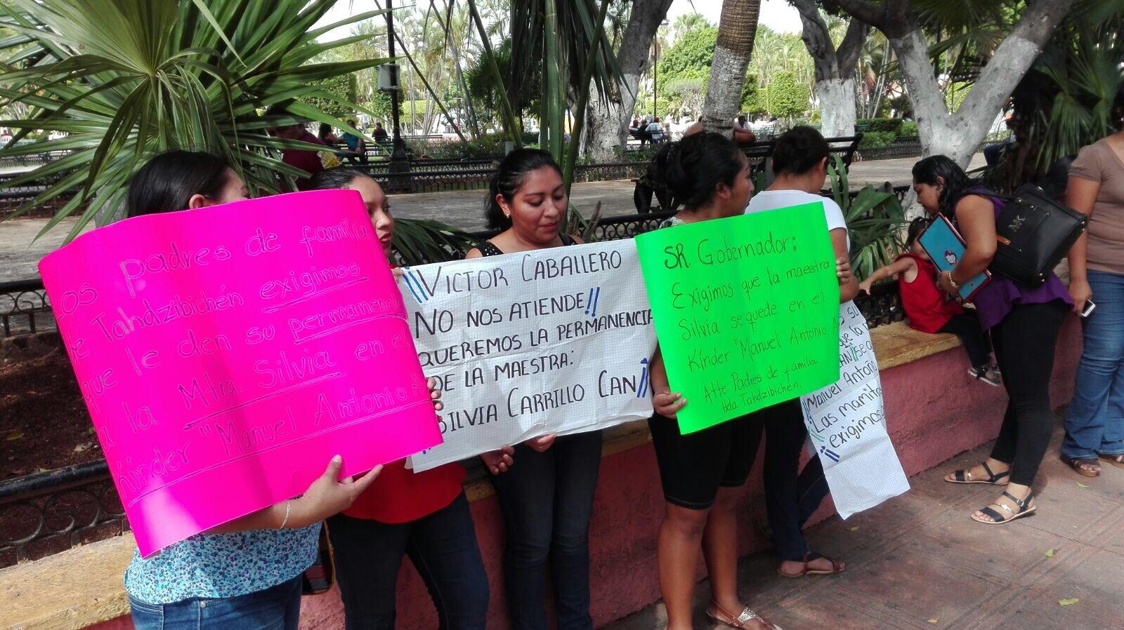 Amenazan con parar clases en defensa de maestra