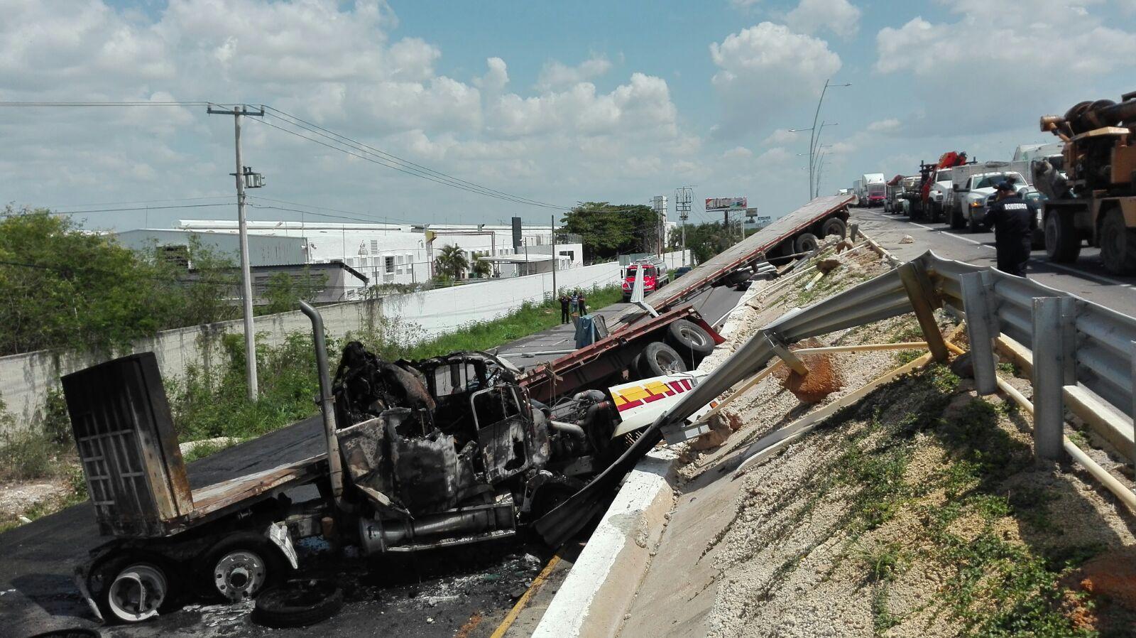 Evita chocar 20 vehículos, pero cae de puente y se incendia