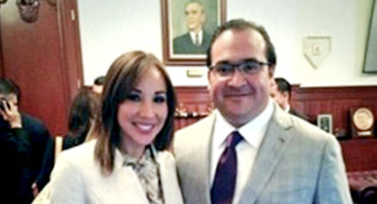 Exhibe PGR regalos a amante de Javier Duarte
